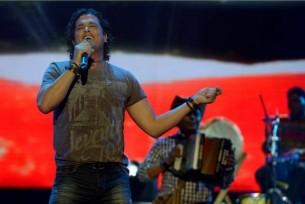 Entre clásicos y un nuevo repertorio, el cantante colombiano Carlos Vives regresa al Paraguay para un show en el que se reencontrará con su público.