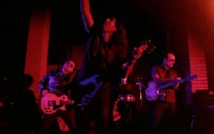 Letras desgarradoras, estética de dinosaurios y un dejo de melancolía son el hilo lírico-musical que propone la popular banda argentina La Mancha de Rolando en su nuevo álbum.