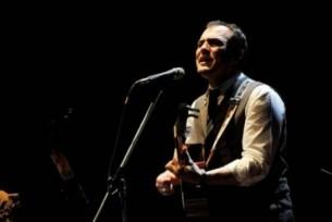 En la noche del 31 de julio, el cantautor español Ismael Serrano se reencontró con el público paraguayo. En el Teatro Municipal de Asunción brindó un concierto en el que brillaron tanto sus canciones como su talento narrativo.