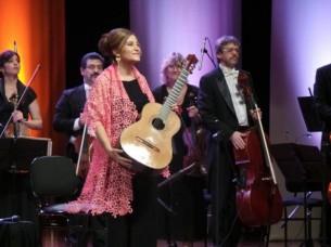 La guitarrista Berta Rojas y la argentina Camerata Bariloche compartieron escenario en un emotivo concierto en el Teatro Lírico José Asunción Flores, del BCP.