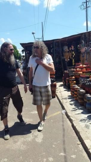 Especial: Robert Plant dejó de lado la comodidad de su hotel para conocer mejor la cultura del país. Su destino: la tranquila y colonial Areguá.