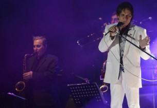 Roberto Carlos hizo vibrar a más de 10 mil personas que cantaron con fuerza sus himnos en el Jockey Club de Asunción.