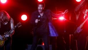 El legendario cantante estadounidense Lionel Richie emocionó a miles de almas en el Movistar Arena de la capital chilena.