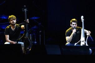 Una noche el dúo de violonchelistas 2Cellos llenó el Teatro Lírico del Banco Central del Paraguay y recibió una ovación de pie.
